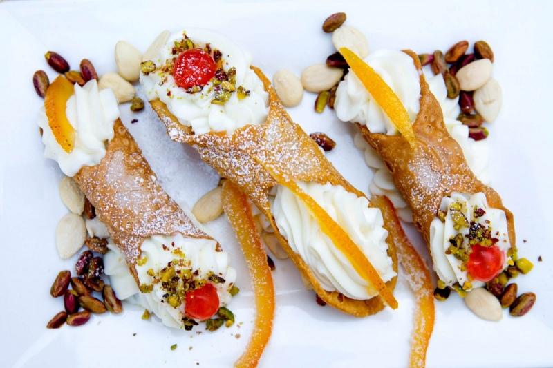 Cioccolato Siziano, Sizilianische Waffelrollen gefüllt mit Ricottacreme und Kandierten Früchten.