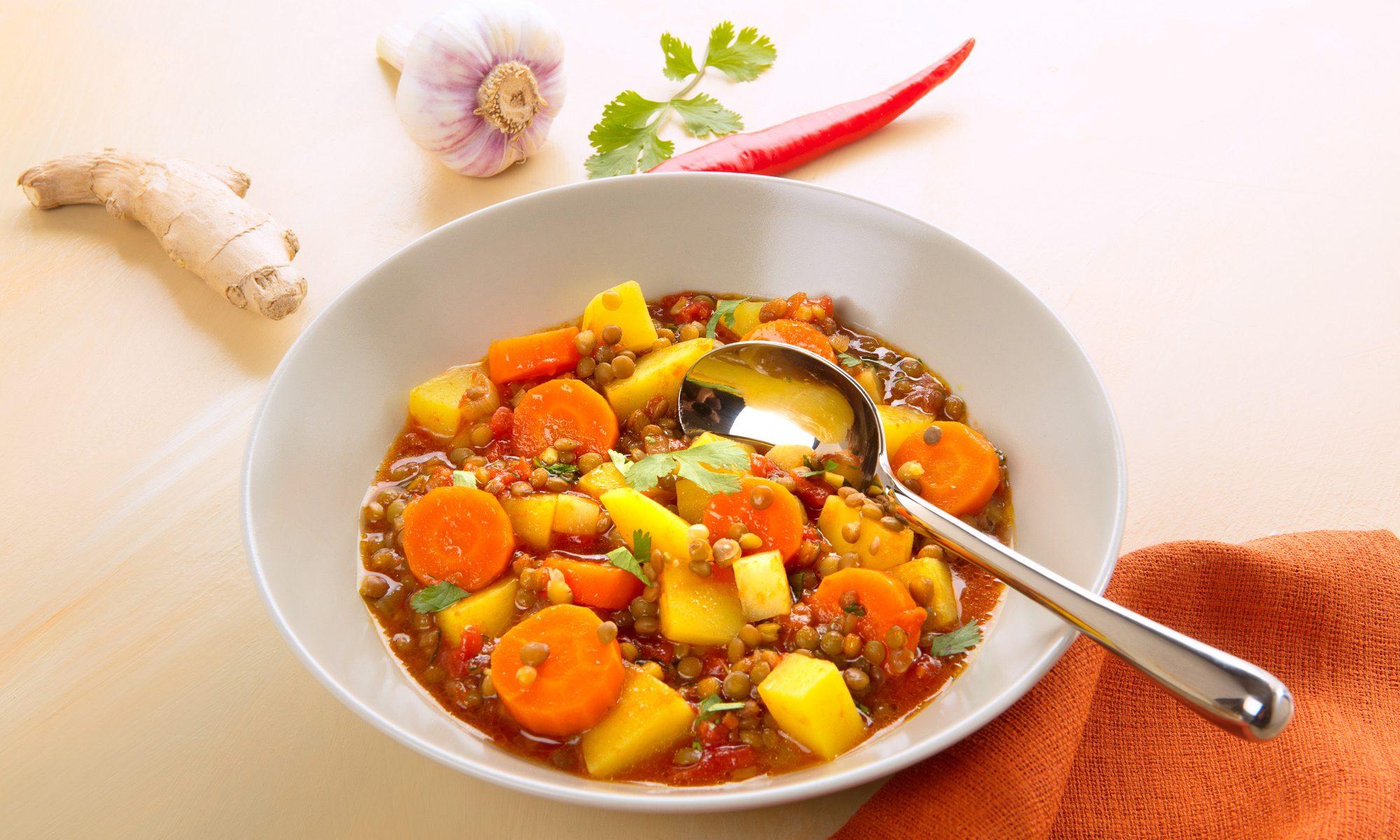 Food, Linsen-Curry mit Kartoffeln und Wurzelgemüse