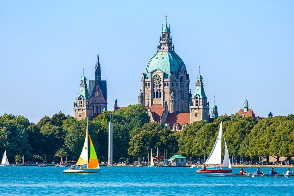 Niedersachsen, Landeshauptstadt Hannover, Maschseeufer. Blick über den Maschsee zum Neuem Rathaus