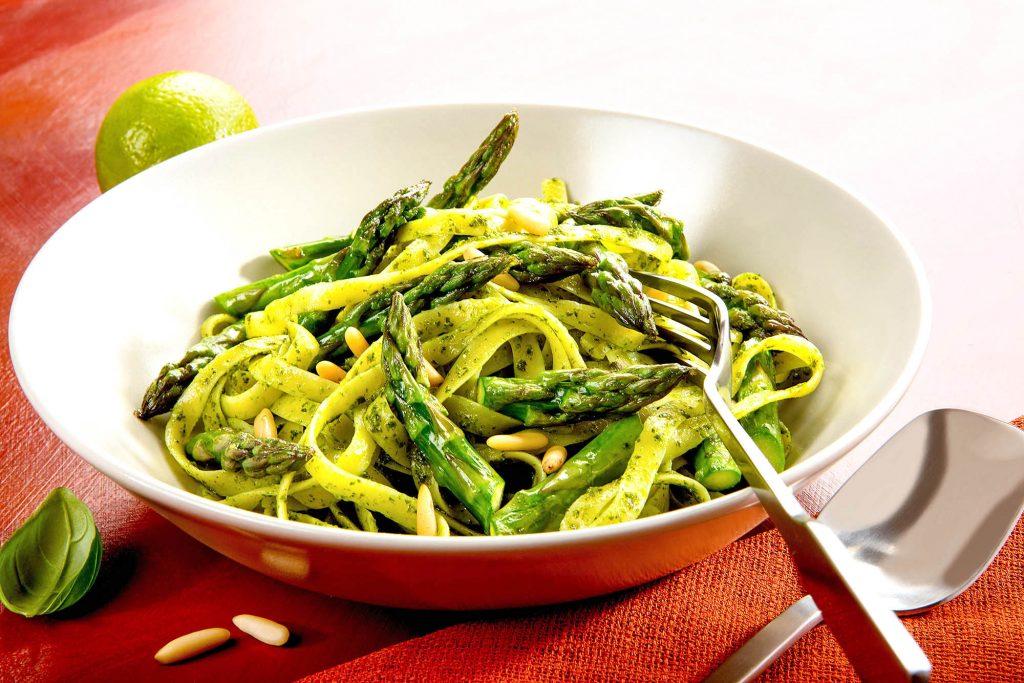 Food, Foodfoto, Foodfotograf. Gebratener Spargel auf Pasta mit Limetten-Rucola-Sauce.