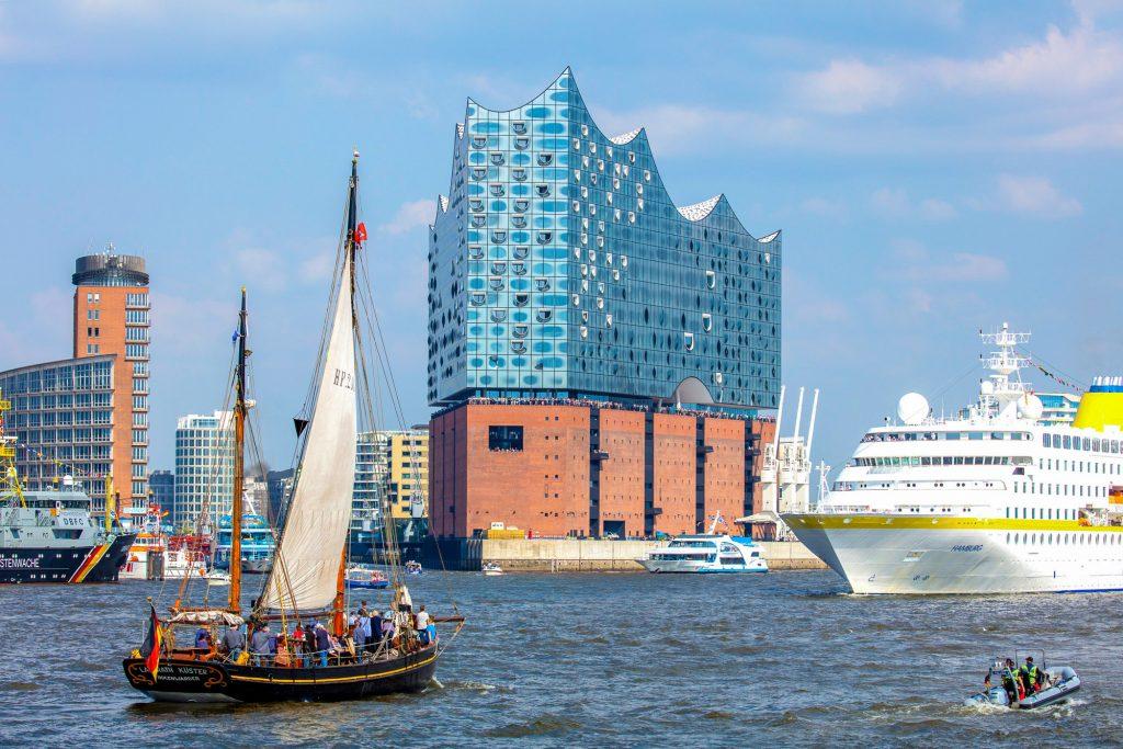 Hamburg, Hafengeburtstag 2018, Auslaufparade auf der Elbe.Blick zur Elbphilharmonie.