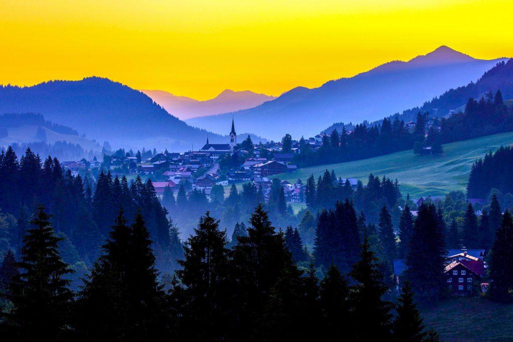 Kleinwalsertal, Morgendlicher Blick von Hirscheeg in Richtung Riezlern mit DE Alpen