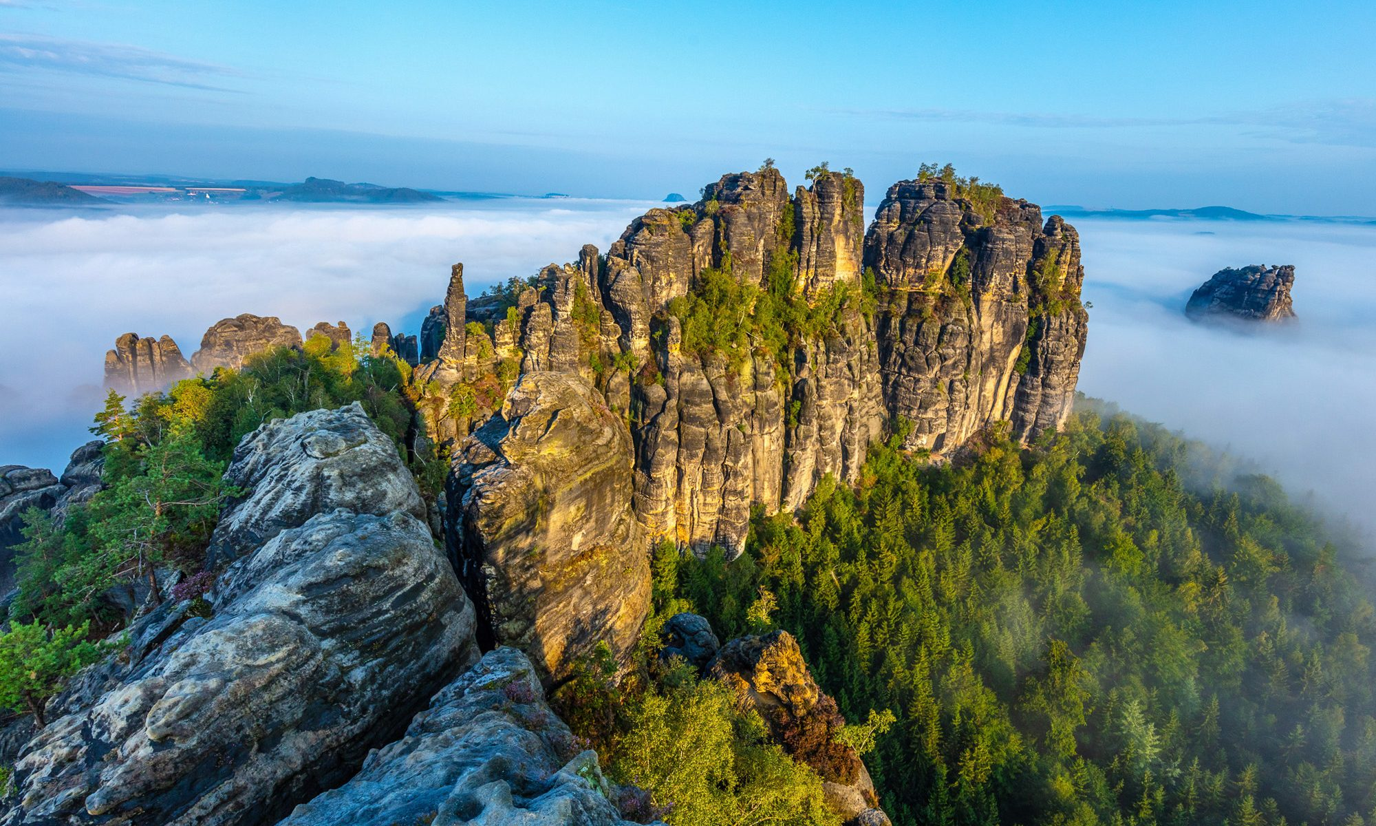 Sachsen. Nationalpark Saechsische Schweiz. Über dem Nebelmeer auf den Schrammsteinen