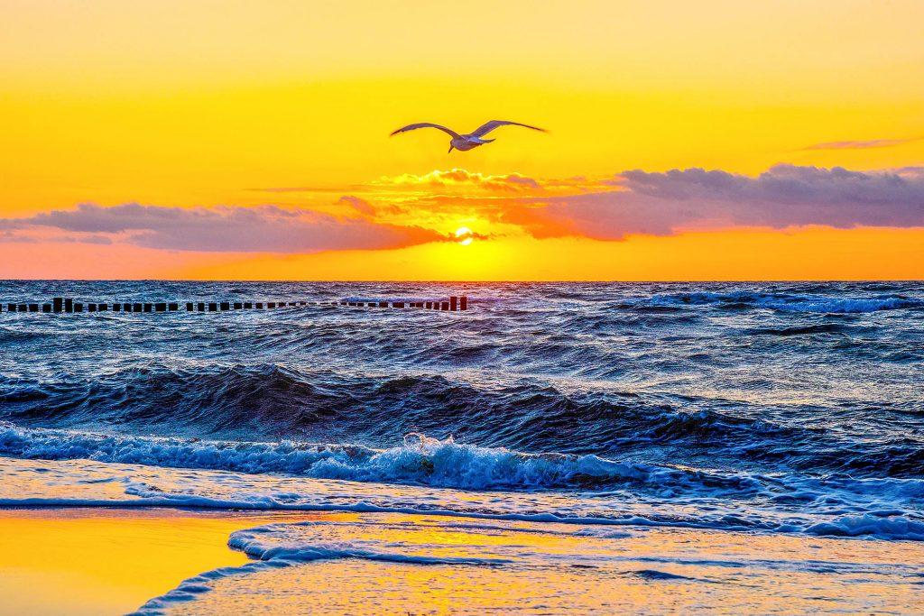 Mecklenburg-Vorpommern, Ostseeküste, Kühlungsborn, Sonnenuntergang über der Ostsee