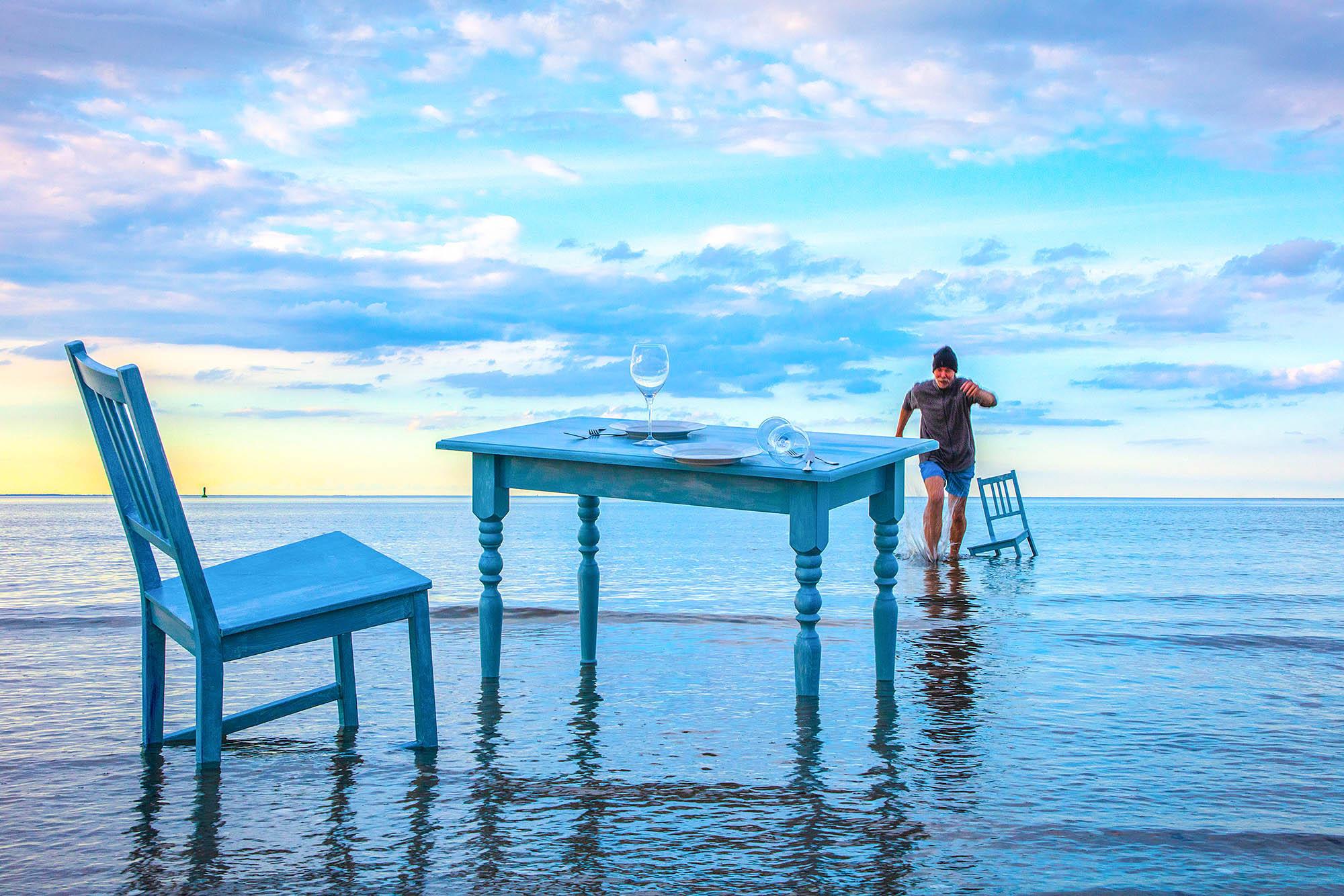 Ausstellung Strandgut . Ingo Wandmacher mit seinem Tisch im Meer
