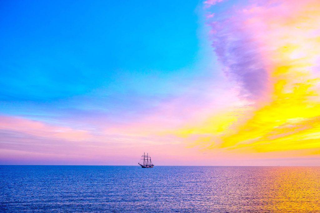 Schiff in der Dämmerung auf der Ostsee